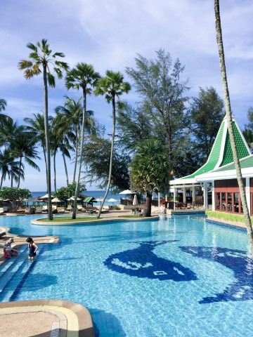 Le Meridien Beach Resort pool in Phuket, Thailand | Life's Tidbits